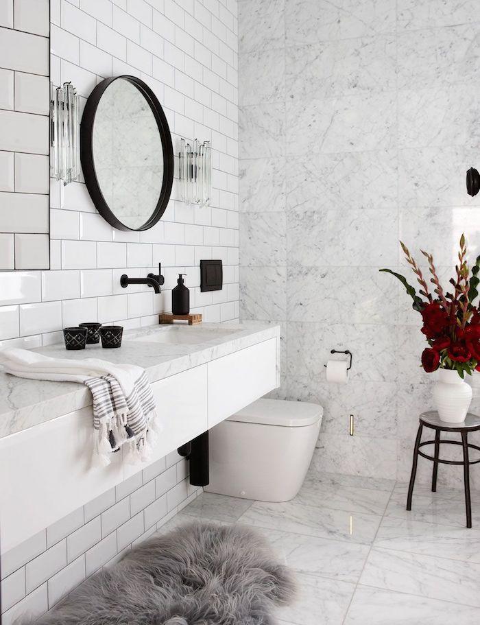 Chaise pour ranger des choses, déco vase avec fleurs, miroir ronde, salle de bain design, quelle couleur pour la salle de bains moderne