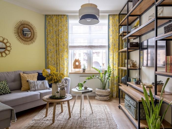 idée de deco appartement à petit espace aux murs à peinture tendance jaune et sol en bois aménagé avec meubles bois