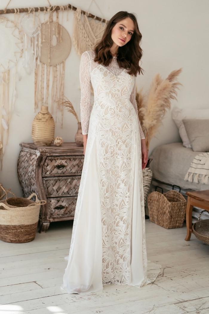 modèle de robe boheme blanche en dentelle florale avec manches longues transparente et bustier en V romantique