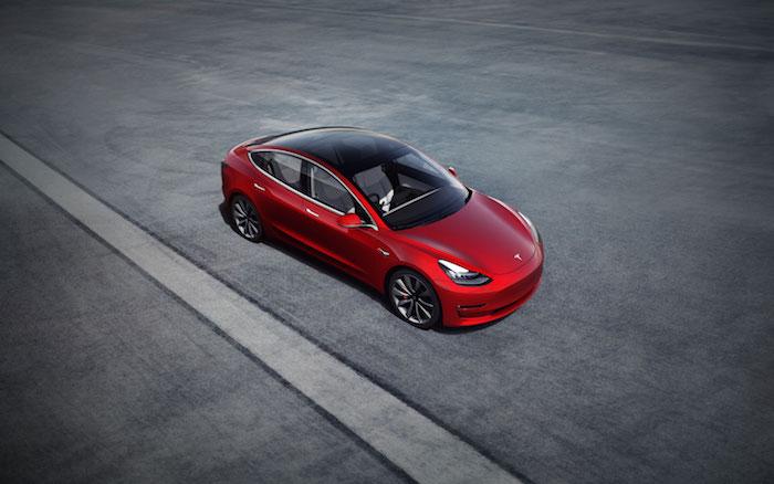 Grâce aux haut-parleurs extérieurs rendus obligatoires, Elon Musk veut faire parler les voitures électriques