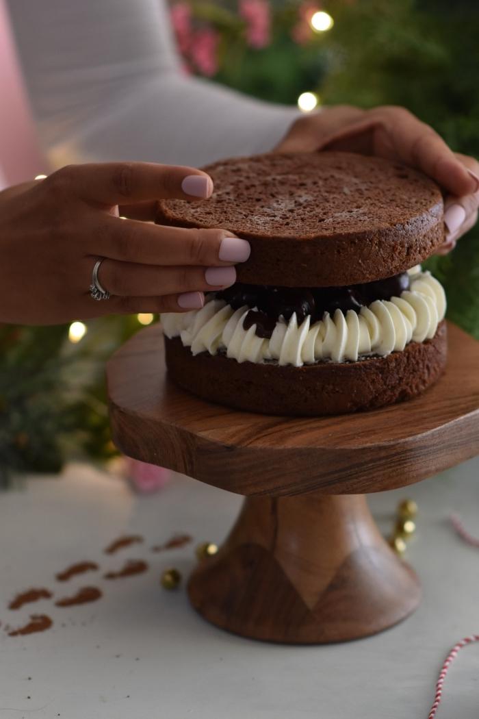 exemple comment décorer un mini gâteau aux génoises au chocolat, recette gâteau chocolat au crème au chocolat blanc