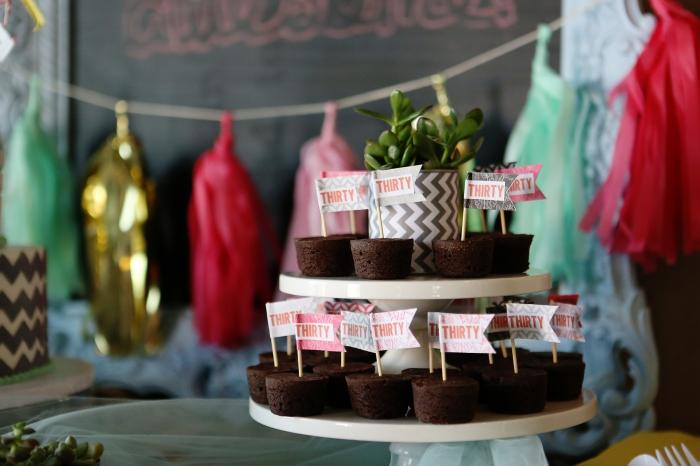 desserts facile fait maison pour un anniversaire 30 ans femme, déco avec guirlande DIY et plateau à desserts