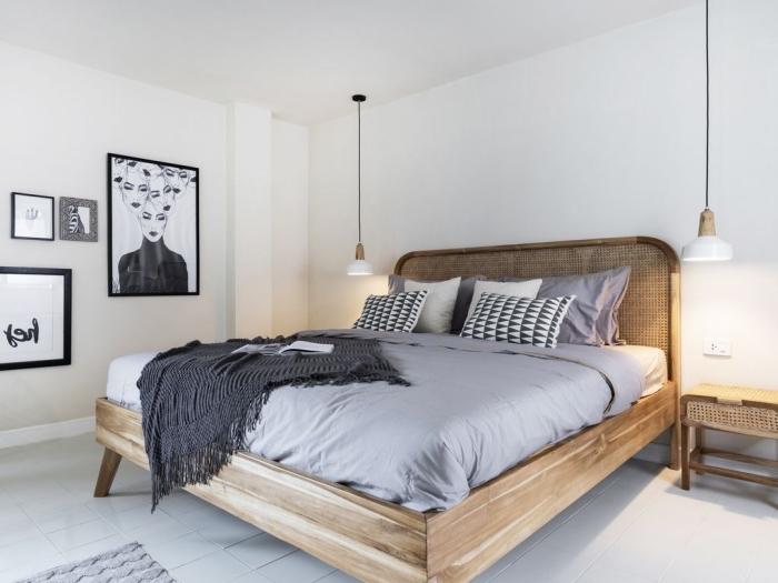 design chambre minimaliste aux murs blancs et sol en carrelage blanc aménagée avec un grand lit en bois massif