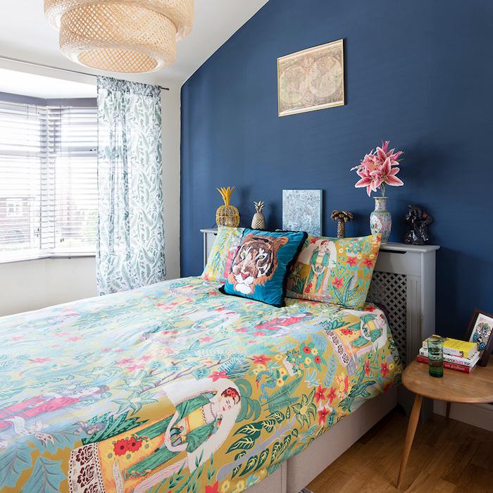mur de fond couleur bleu sombre, linge de lit coloré imprimé exotique, idee deco chambre ado originale