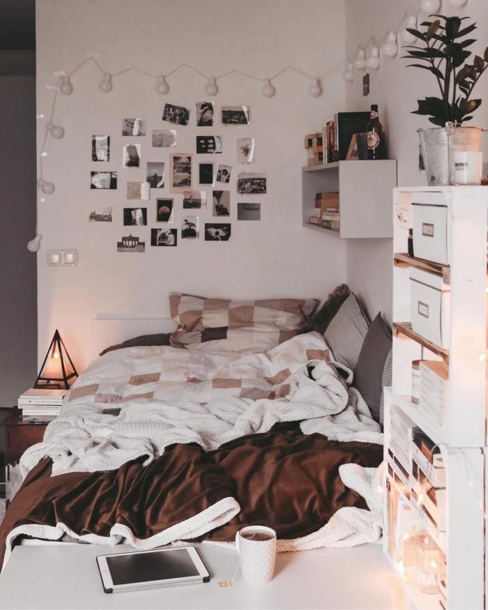 design petite chambre blanche aménagée avec un lit au sol et meubles en bois blanc, déco murale avec photo