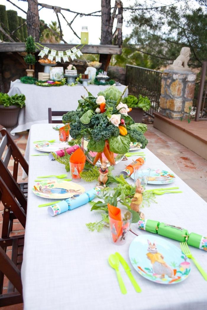 comment organiser un party d'anniversaire d'enfant sur le thème pierre lapin, arrangement de table avec serviette orange