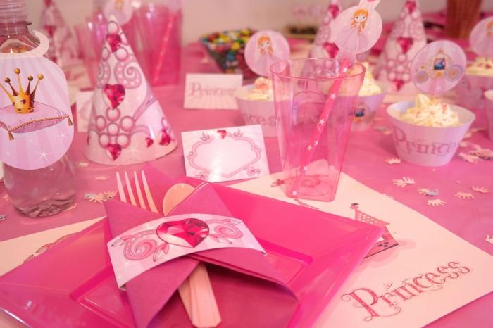 comment décorer une table d'anniversaire petite fille sur le thème princesse en couleurs rose, pliage serviette en pochette
