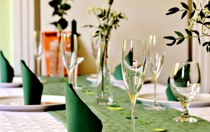 comment arranger une table stylée d'anniversaire en blanc et vert, modèle de serviette en papier vert plié facile