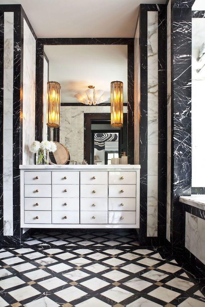 Miroir grand en haut du placard de rangement, modele salle de bain luxueuse, idée stylée salle d'eau et cabinet de toilette