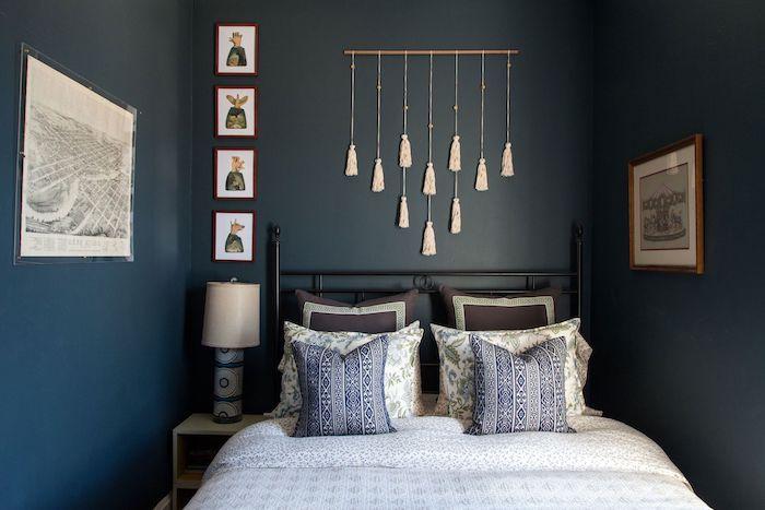 amenagement petite chambre romantique aux murs bleus décorés de pompons à franges, linge de lit gris, blanc et bleu