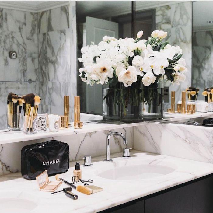 Orchidées en vase idée couleur salle de bain, accessoires salle de bain en marbre blanc, coin maquillage