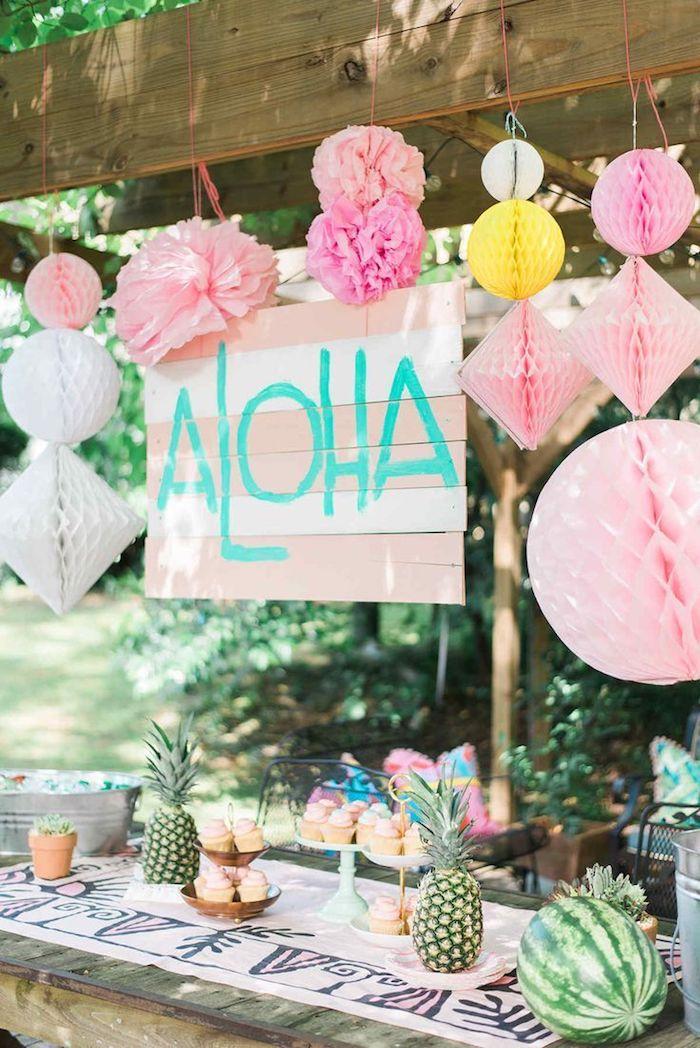 idée décoration anniversaire en rose, candy bar en bois avec cupcakes colorés, motif pastqeue et motif ananas deco hawaii