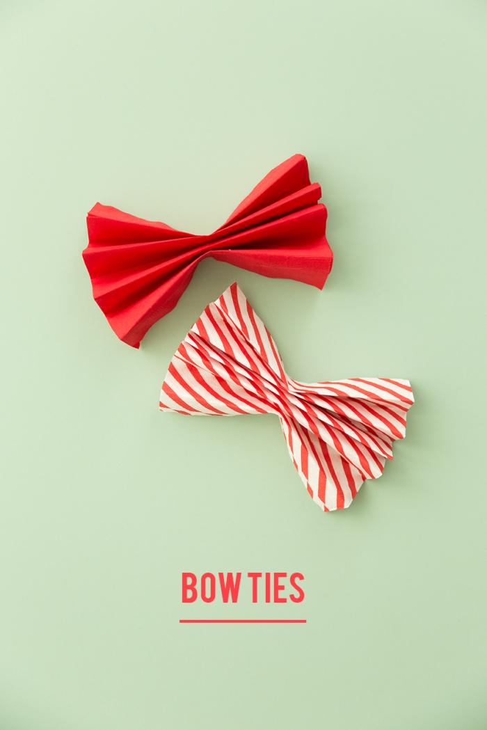 comment plier une serviette en forme de noeud papillon facile, exemple de pliage de serviette en papier 2 couleurs