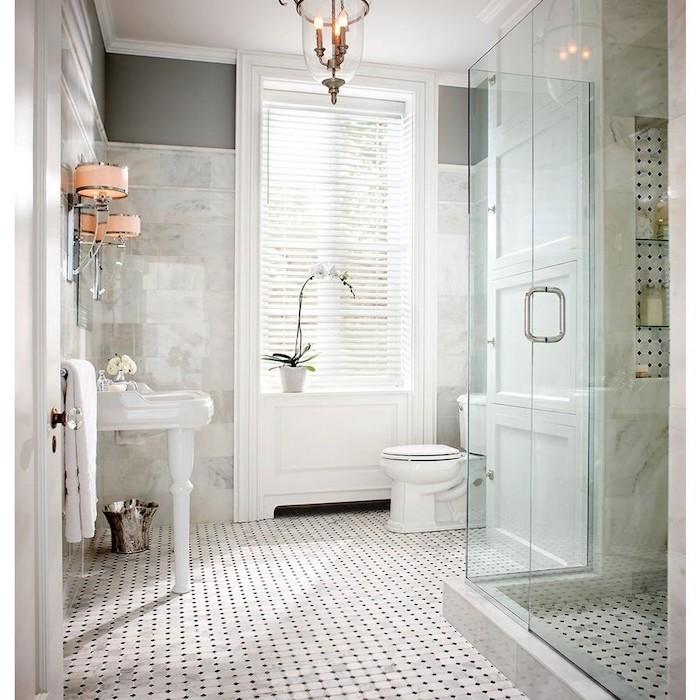 Lavabo blanche dans la pièce en sol blanc et noir, inspiration salle de bain, style intérieur zen dans la salle de bains, lampes roses et miroir
