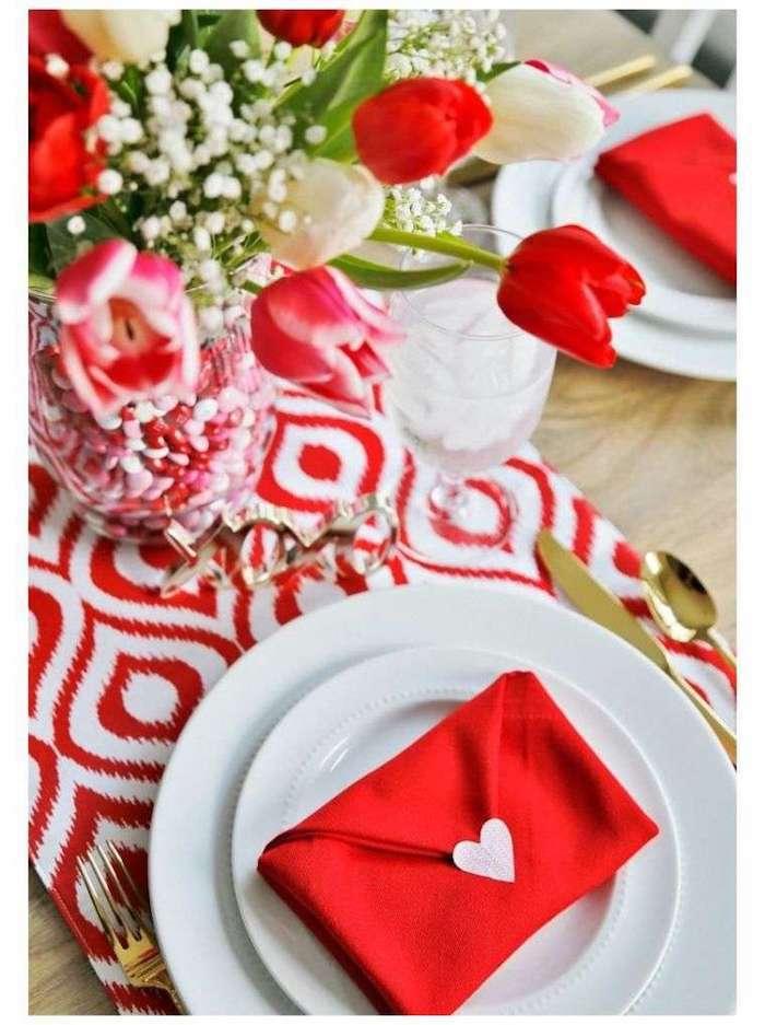 Rouge et blanc theme soirée saint valentin, deco table st valentin, tulipes déco de table, serviettes pliés comme enveloppe d'amour