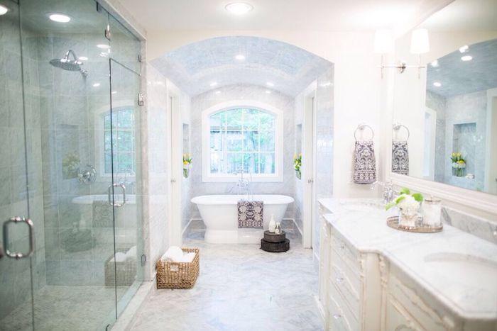 Douche clôturé de verre cabine, salle de bain luxe, marbre blanc quelle couleur pour la salle de bains marbre