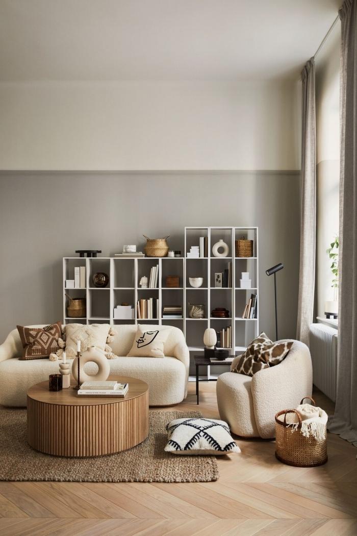 deco appartement contemporain aux murs en beige et gris aménagé avec meubles en tissu beige et accents en bois