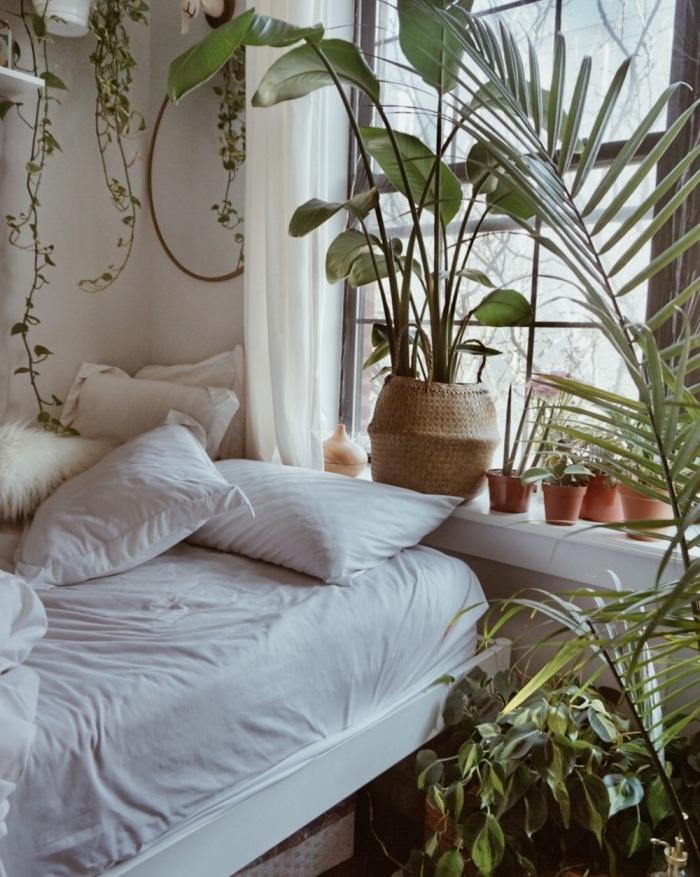 idée déco chambre bohème aux murs blancs avec lit cozy et suspensions florales, comment décorer une petite chambre