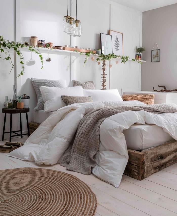 exemple de chambre gris et blanc avec accents en bois et fibre végétal, idée de rangement mural sous forme d'étagère blanche