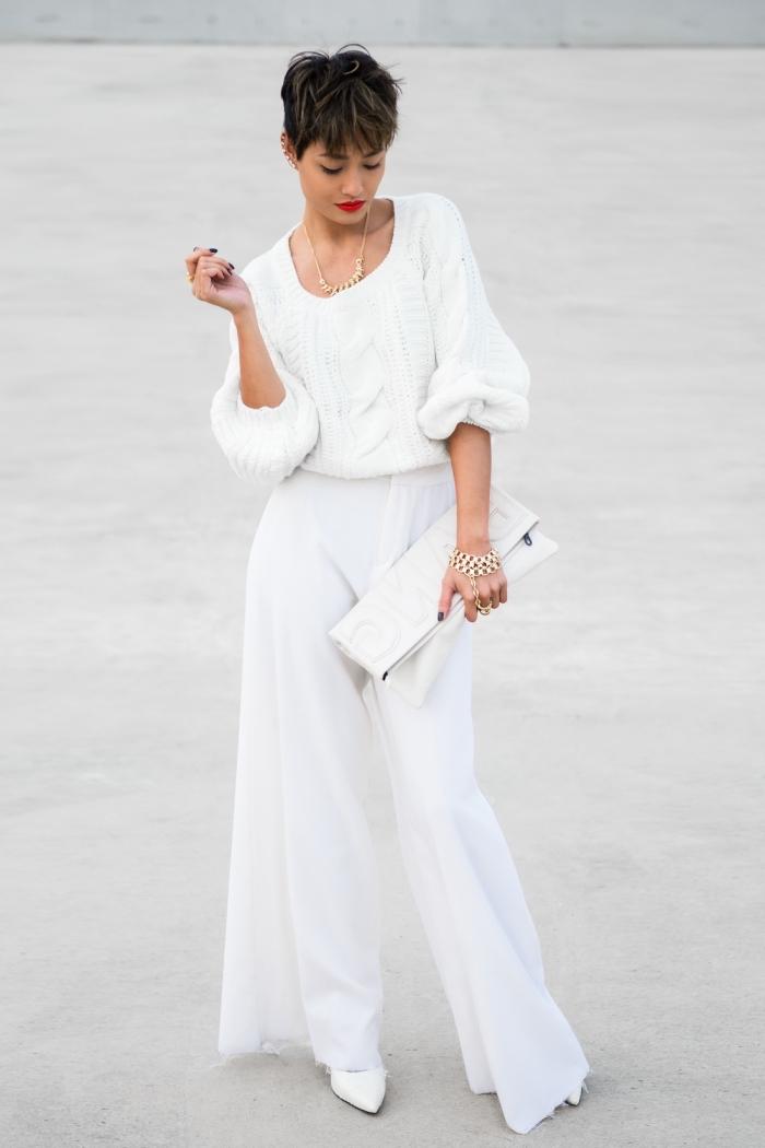 style vestimentaire femme classe en pantalon taille haute blanc porté avec pull torsadé et chaussures à talons