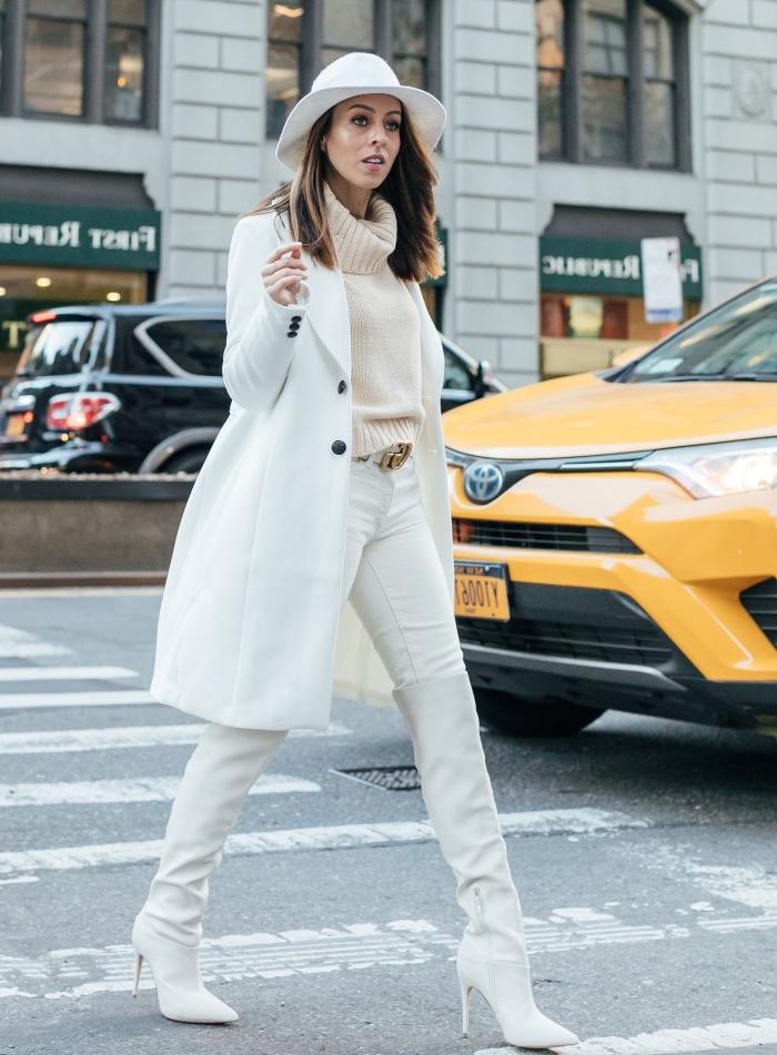 mode femme d'hiver en layers, idée de tenue chic femme avec pantalon slim et chaussures à talons blanches