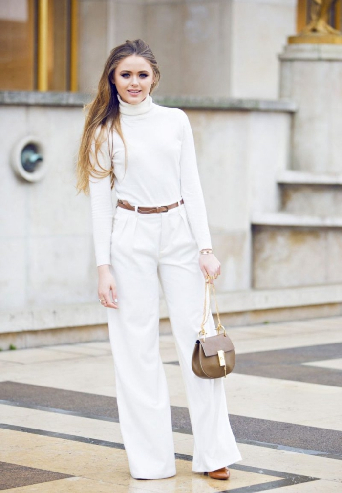 look total blanc en pantalon taille haute fluide avec pull blanc et accessoires en marron, modèle de sac bandoulière gris et or