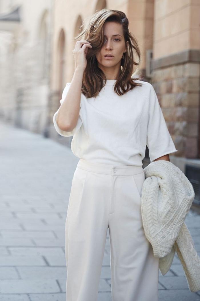 comment combiner un tailleur pantalon femme pour ceremonie avec blouse casual et pull over blanc à design torsadé