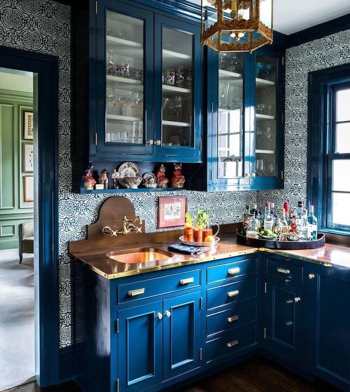 papier peint cuisine bleu et blanc motif floral, meuble cuisine haut et bas couleur bleue et plan de travail bois, lustre vintage