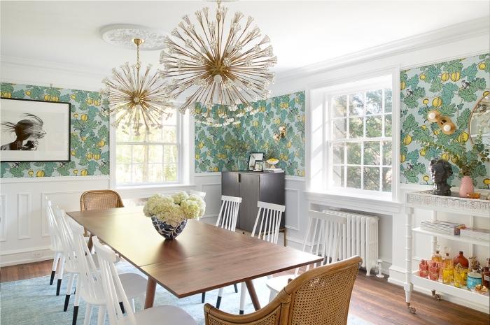 tendance cuisine 2020 aux murs en papier peint à motifs tropicaux, aménagement de pièce blanc et bois avec accents verts et métal