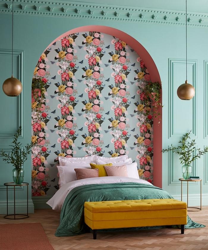 deco chambre adulte moderne aux murs vert menthe avec un pan de mur en papier peint floral aménagée avec meubles colorés