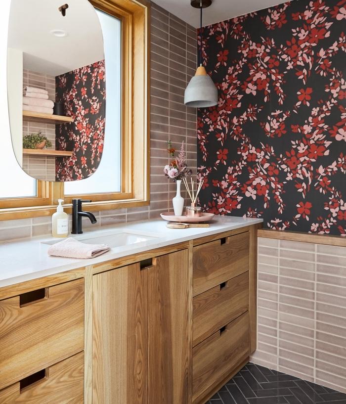 comment décorer une salle de bain tendance aux murs à carrelage beige avec pan de mur en papier peint floral