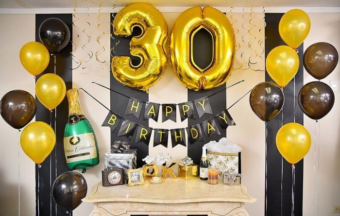 deco anniversaire noir et or pour une fête à la maison, coin festif avec ballons hélium et ballon en chiffres dorés
