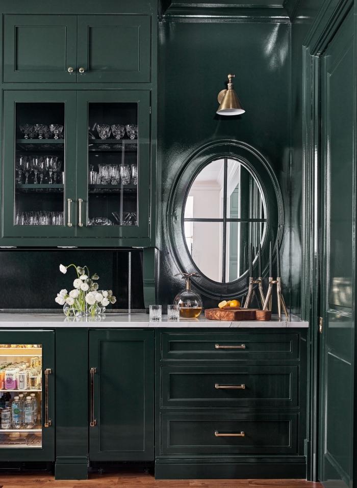 design moderne dans une cuisine à peinture vert foncé aménagée avec meubles foncés et plan de travail blanc