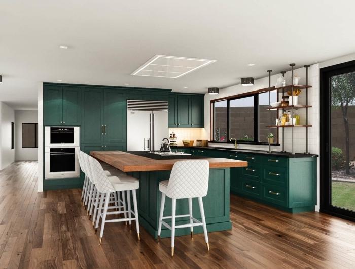 idée de couleur complémentaire du vert, décoration de cuisine moderne ouverte avec meubles de nuance vert foncé