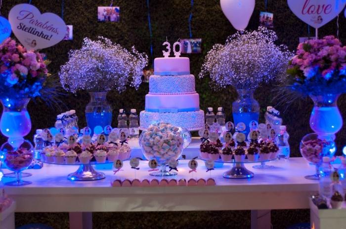 organiser un party joyeux anniversaire 30 ans stylé pour femme, décoration table en bleu et rose pastel avec fleurs