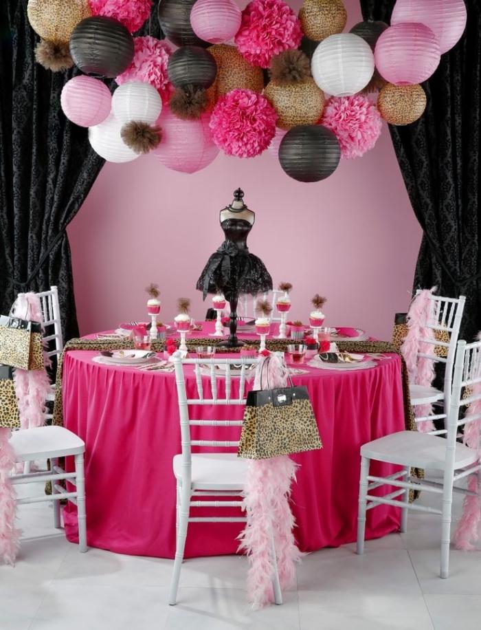 exemple de décoration table anniversaire adulte femme, décoration en rose et noir avec accents en or et imprimés léopard