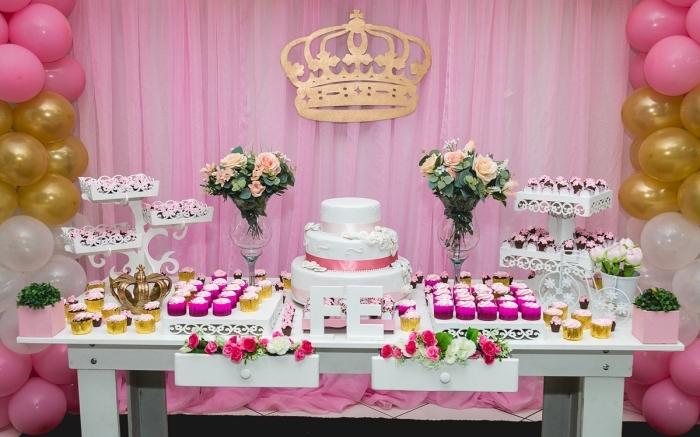 exemple de décoration table anniversaire adulte pour femme, coin réception anniversaire femme avec ballons et desserts