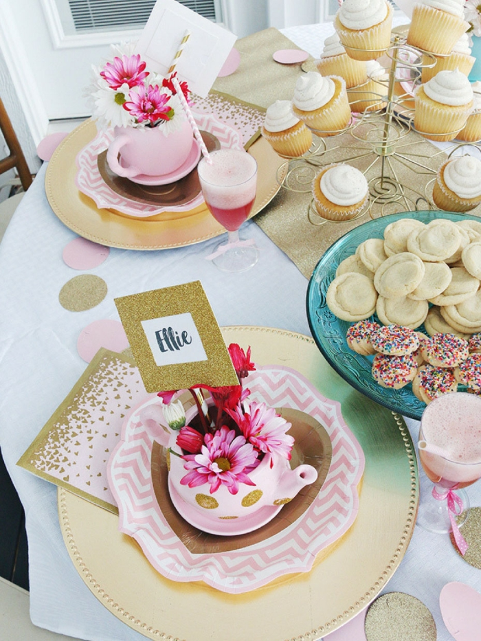 deco de table anniversaire pour fille, arrangement de table festive avec desserts et fleurs, modèle de serviette rose et or