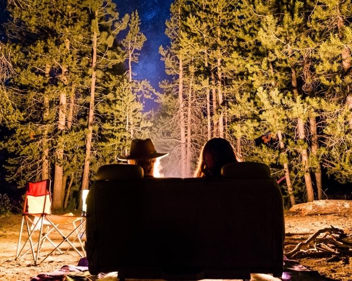 idée d'activité a faire en couple, organiser une soirée en amoureux en plein air dans la forêt avec feu et tente