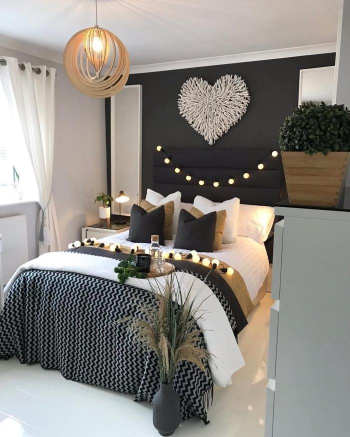 modèle de lit adulte avec rangement mural vertical, exemple comment décorer un lit avec coussins en noir et beige