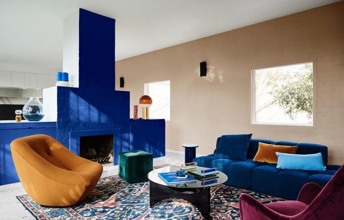 quelle couleur de peinture pour salon moderne, design salon aux murs beige avec pan de mur en bleu marine