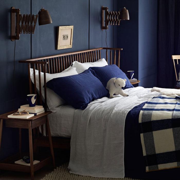 deco chambre bleu et blanc avec linge de lit bleu et blanc, table de nuit et tete de lit bois, lampes vintage originales