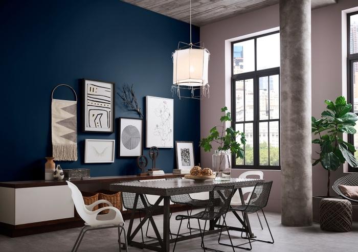 deco salle a manger tendance moderne, design pièce contemporaine aux murs en bleu marine et rose poudré avec accents en gris
