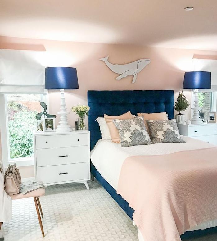 murs couleur saumon dans une chambre avec lampadaires et lit bleu, commode blanc, tapis blanc, tendance couleur 2020 le bleu classique