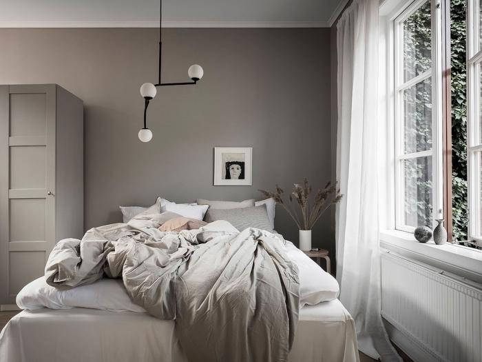 idée de deco chambre a coucher aux murs foncés avec plafond blanc et objets de nuances de gris et de blanc