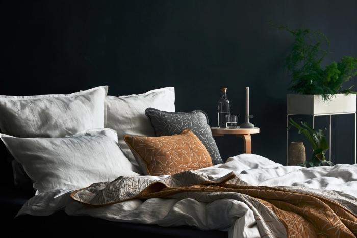 tendance couleur pour les murs dans une pièce parentale, idée déco chambre adulte aux murs noirs avec meubles blanc et bois