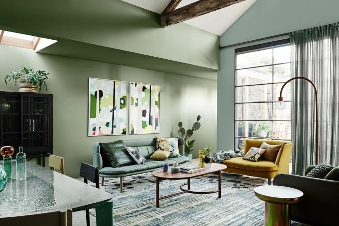 tendance couleur 2020 nuances de vert, design salon contemporain aux murs verts avec accents en bois foncé et jaune