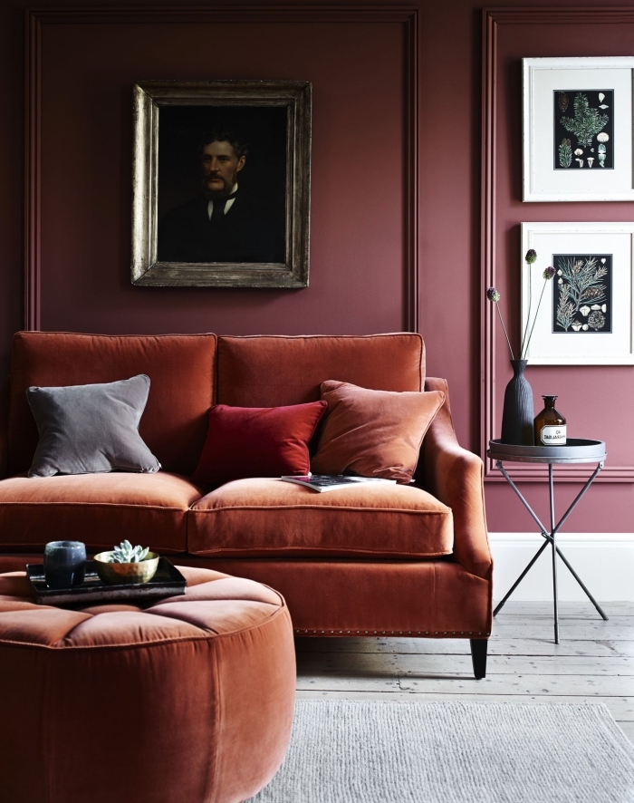 idée de deco salon moderne avec éléments de style rétro chic, design pièce aux murs rouge foncé avec meubles en tissu
