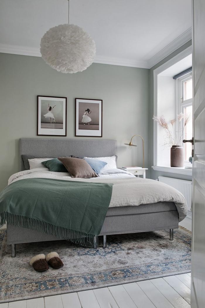 quelle couleur pour les murs dans une pièce moderne, deco chambre parentale aux murs vert pastel avec lit gris