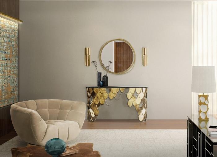 design intérieur contemporain dans un salon aux murs gris clair aménagé avec meubles en velours beige et accents en or